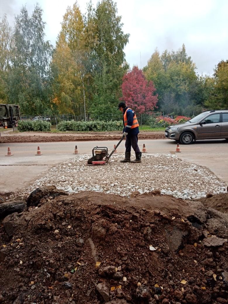 Рабочие повторно отсыпали участок проезжей части по ул. Наговицына напротив педколледжа, где ремонтировали магистральный водовод.