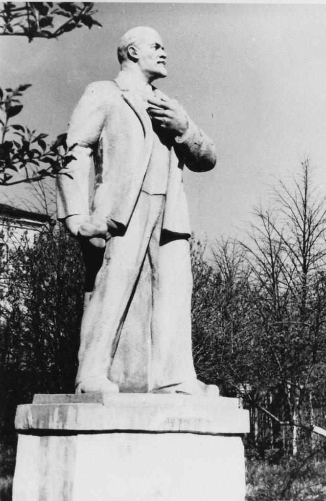 Памятник Ленину у Северной больницы. 1970-е гг.