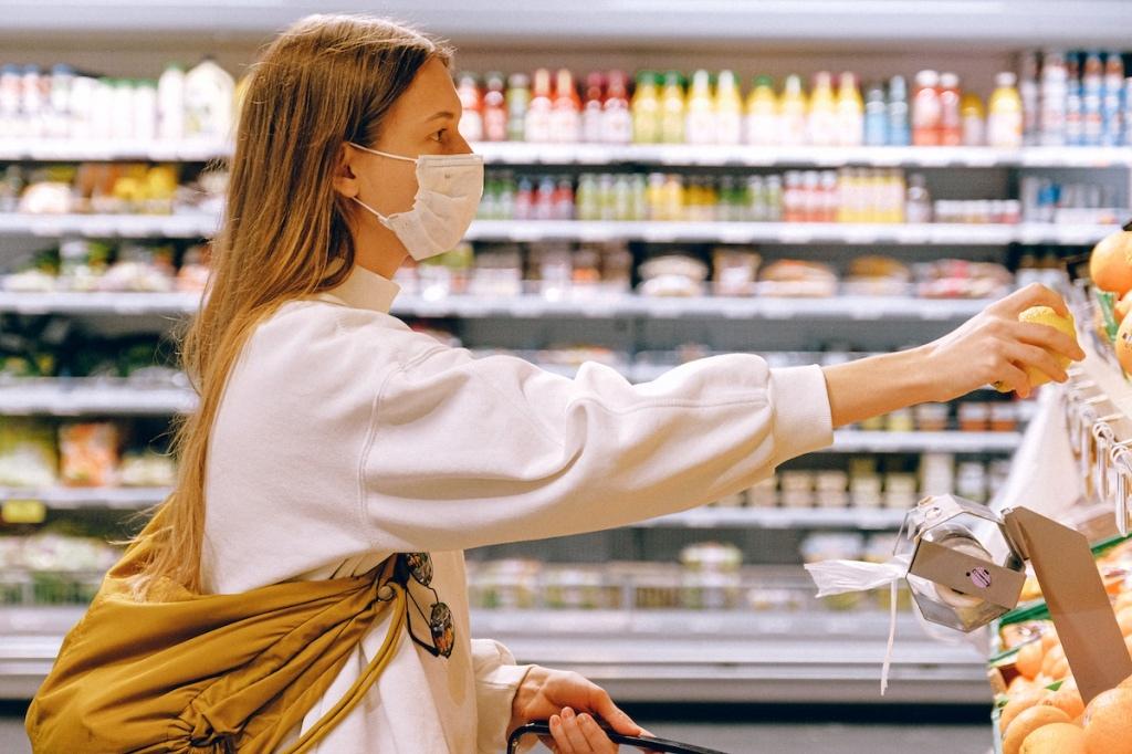 Россияне не смогут закупиться продуктами без маски