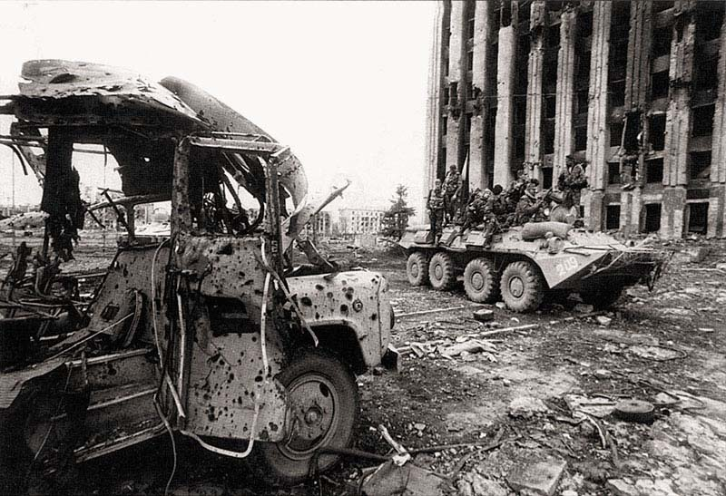 Центр г. Грозного. БТР-80 № 209 «Бродяга» тюменского СОБРа с десантом тюменского ОМОНа «Росомаха» на центральной площади перед дудаевским «дворцом». 4 апреля 1995 г