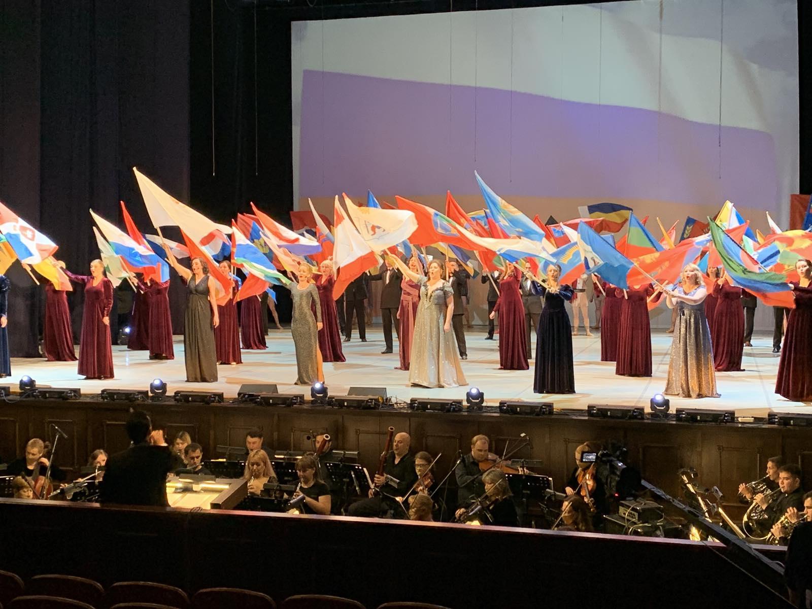 Гимн России исполняют артисты театра оперы и балета им. Э. Сапаева